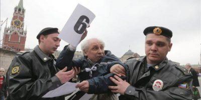 La policía antidisturbios rusa detiene a un participante en una manifestación de protesta. EFE