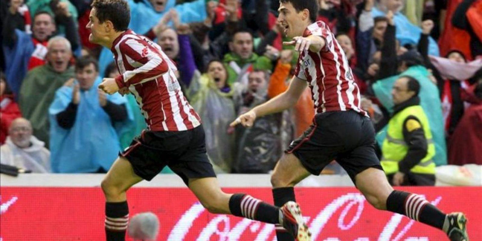 El centrocampista del Athletic de Bilbao Ander Herrera (i) celebra ante su compañero Andoni Iraola la consecución del segundo gol de su equipo ante el Barcelona, en el partido de la trigésima tercera jornada de liga en Primera División que se disputó esta tarde en el estadio de San Mamés. EFE