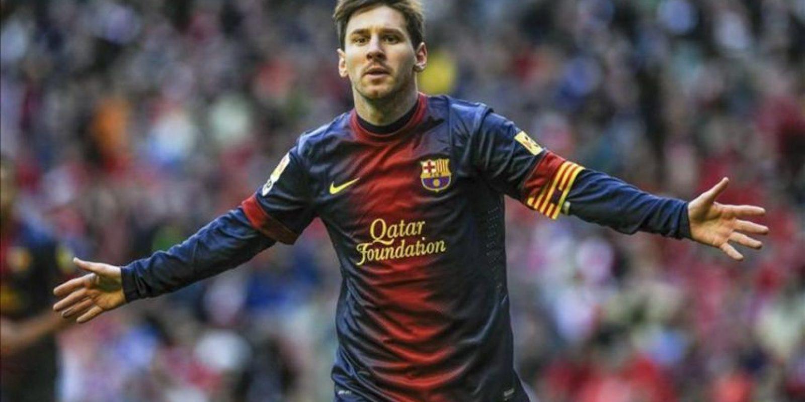 El delantero argentino del Barcelona Leo Messi celebra la consecución del primer gol de su equipo ante el Athletic de Bilbao, en el partido de la trigésima tercera jornada de liga en Primera División que se disputó en el estadio de San Mamés. EFE