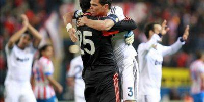 El defensa portugués del Real Madrid Kleper Laveran Pepe (d) y el portero Diego López celebran su victoria ante el Atlético de Madrid, en el partido de la trigésima tercera jornada de liga en Primera División que se disputó en el estadio Vicente Calderón. EFE