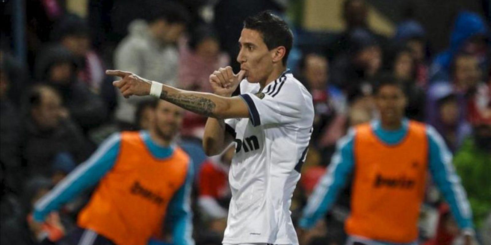 El centrocampista argentino del Real Madrid Angel di Maria celebra la consecución del segundo gol de su equipo ante el Atlético de Madrid, en el partido de la trigésima tercera jornada de liga en Primera División que se disputó en el estadio Vicente Calderón. EFE