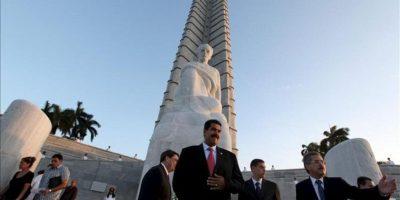 El presidente de Venezuela, Nicolás Maduro (c), entrega una ofrenda floral ante el monumento a José Martí, en la Plaza de la Revolución de La Habana (Cuba). EFE