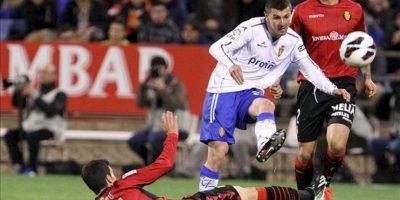 El centrocampista húngaro del Real Zaragoza, Adam Pinter (d), despeja el balón junto a Alejandro Alfaro, del Real Mallorca, durante el partido, correspondiente a la jornada trigésimo tercera de Liga en Primera División, que los dos equipos disputaron en el estadio de La Romareda, en Zaragoza. EFE