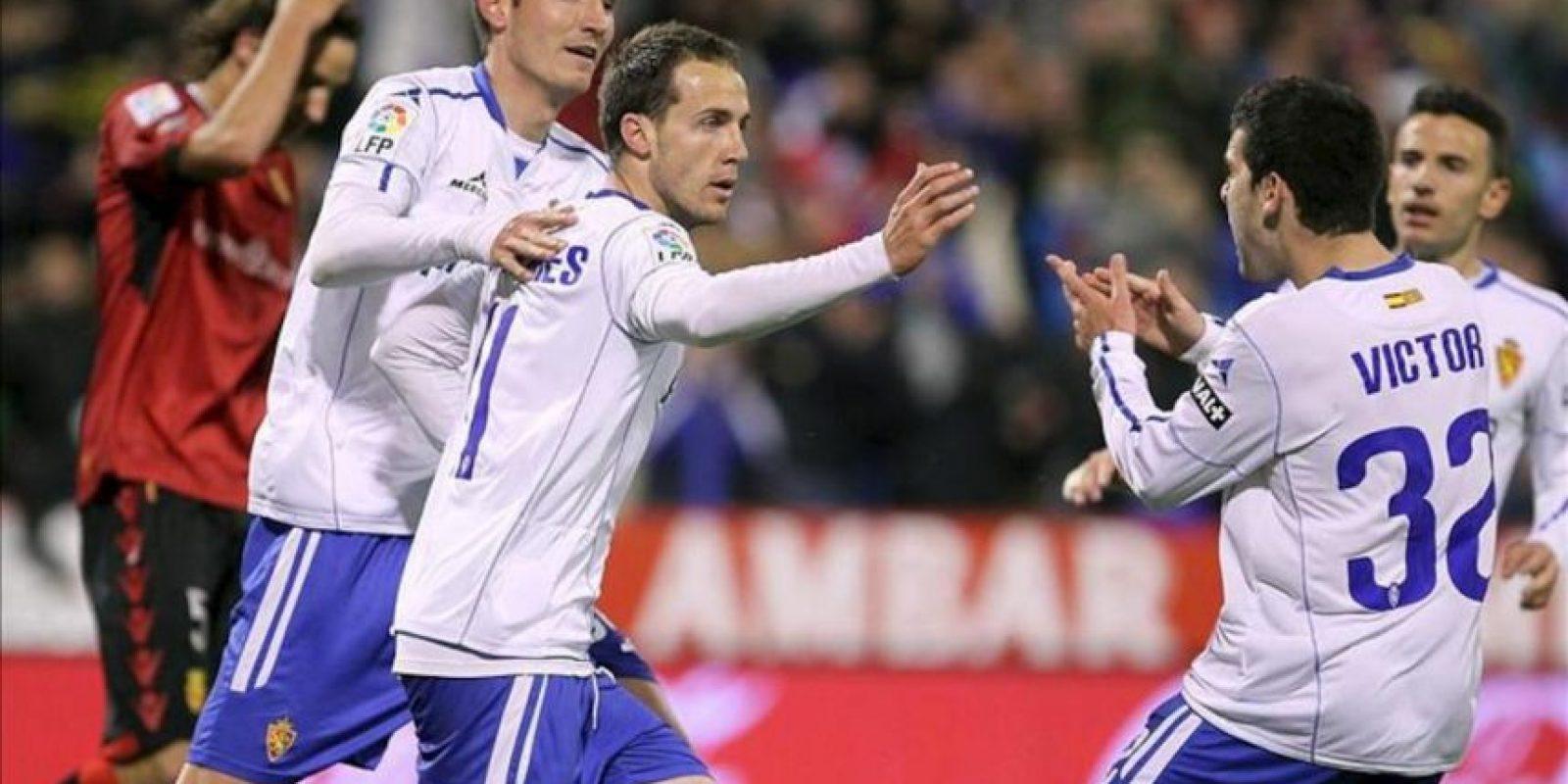 El centrocampista del Real Zaragoza, Francisco Montañés (c), celebra su gol, primero del equipo, con sus compañeros durante el partido, correspondiente a la jornada trigésimo tercera de Liga en Primera División, que Real Zaragoza y Real Mallorca disputaron en el estadio de La Romareda, en Zaragoza. EFE