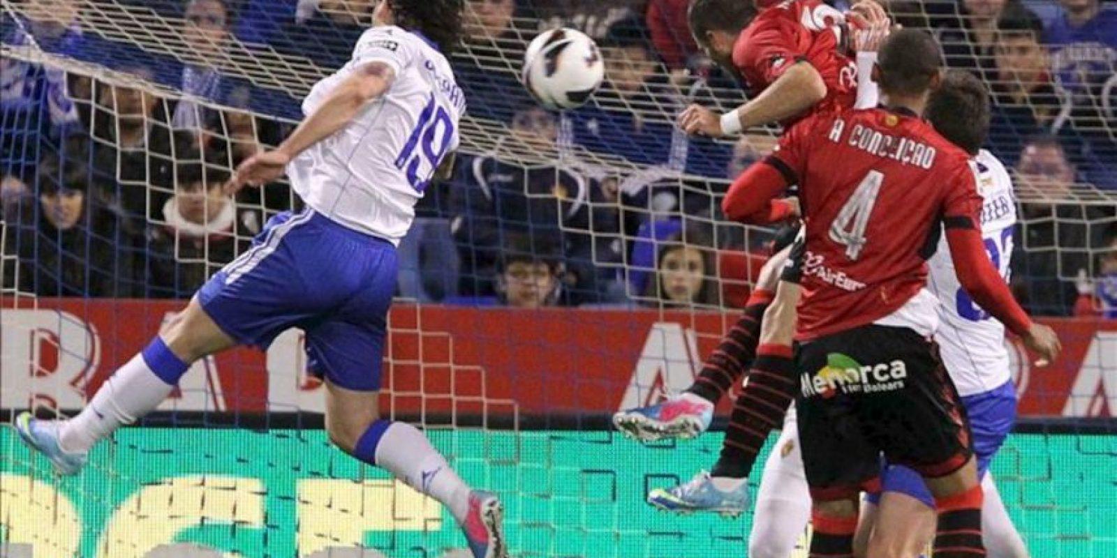 El delantero israelí del Real Mallorca, Tomed Hemed (3d) cabecea a puerta para conseguir el primer gol de su equipo frente al Real Mallorca durante el partido, correspondiente a la jornada trigésimo tercera de Liga en Primera División, que los dos equipos disputaron en el estadio de La Romareda, en Zaragoza. EFE
