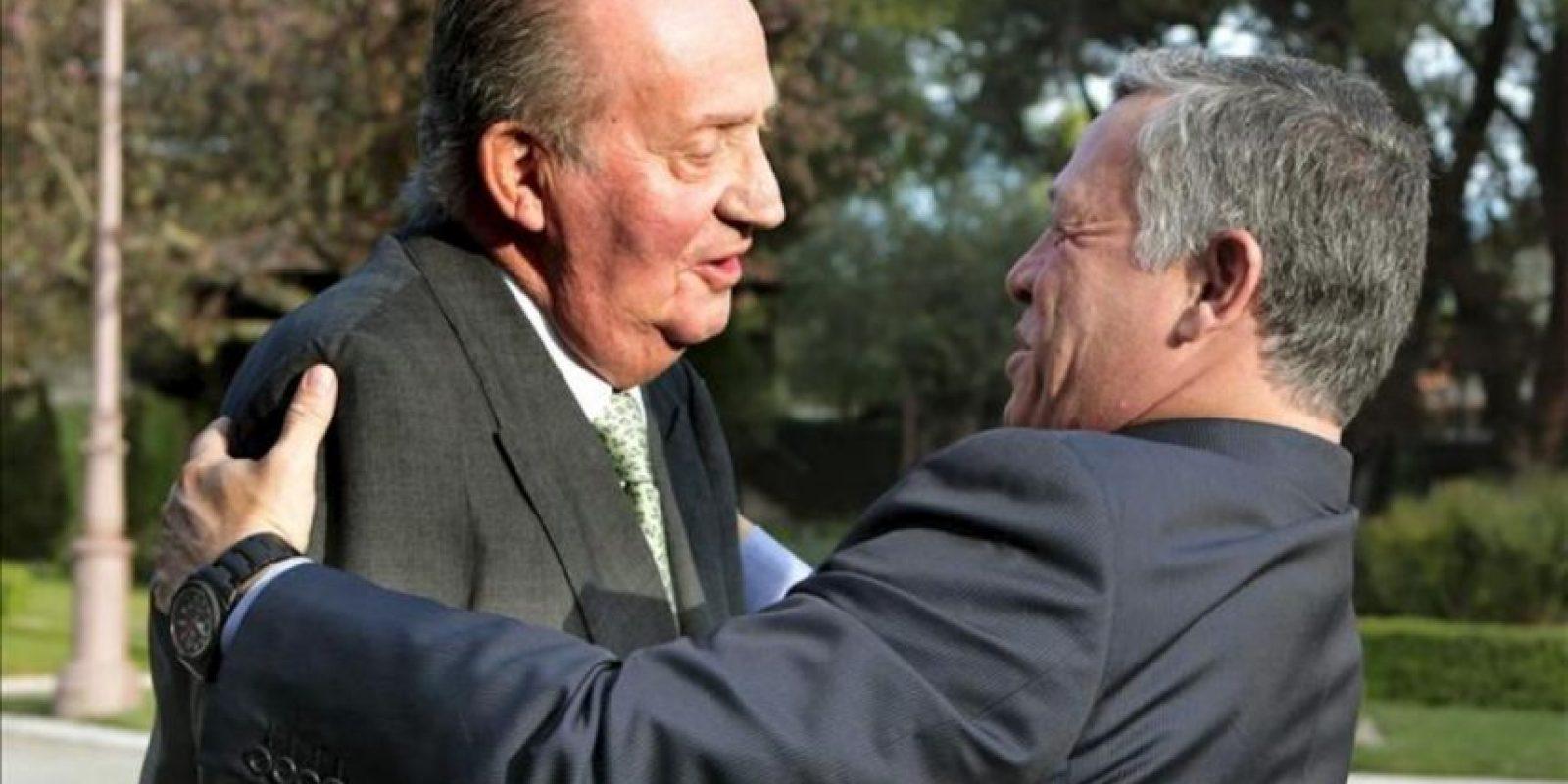 El rey Juan Carlos recibió hoy en su despacho al rey Abdalá II de Jordania, a quien ha dio la bienvenida a las puertas del Palacio de la Zarzuela, su residencia oficial en Madrid. EFE