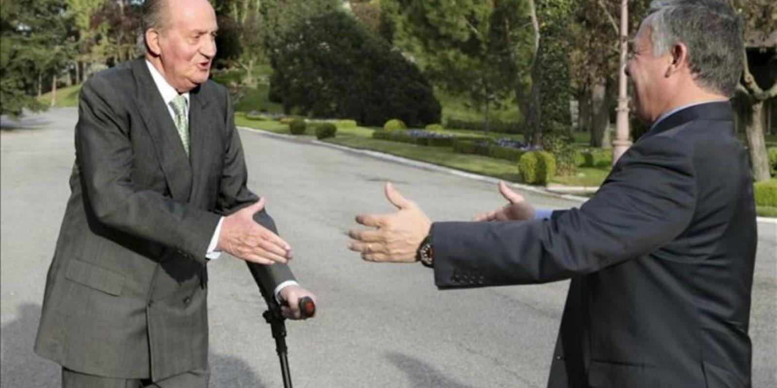 El rey Juan Carlos recibió hoy en su despacho al rey Abdalá II de Jordania, a quien dio la bienvenida a las puertas del Palacio de la Zarzuela, su residencia oficial en Madrid. EFE