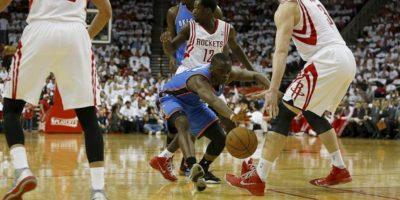 El jugador de los Thunder de Oklahoma, Reggie Jackson (c) pierde el control del balón en el partido contra los Houston Rockets. EFE