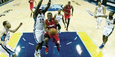 El jugador de los Angeles Clippers, Chris Paul (dcha) se dirige a canasta frente al jugador de Memphis Grizzlies, Zach Randolph (izda). EFE
