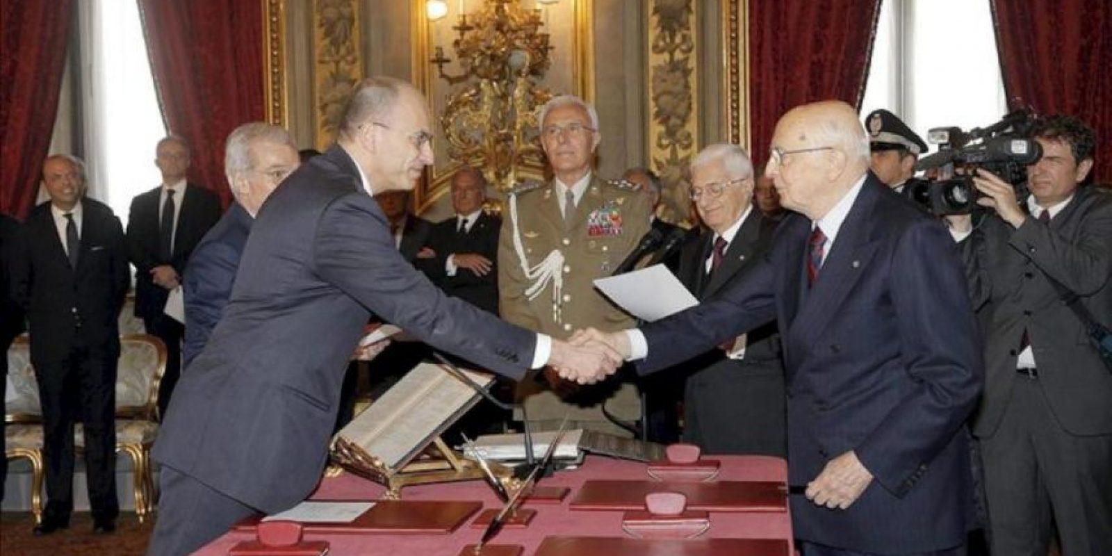El nuevo jefe del Gobierno italiano, Enrico Letta, de 46 años y procedente del Partido Demócrata (PD), juró hoy su cargo ante el presidente de la República, Giorgio Napolitano, en una ceremonia que se vio empañada por un tiroteo en el edificio de Gobierno en el que resultaron heridos dos carabineros, uno de ellos grave. EFE