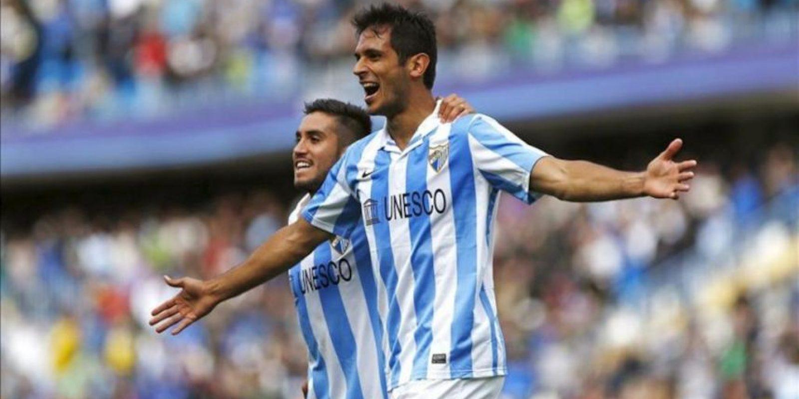 El delantero paraguayo del Málaga Roque Santa Cruz (d) celebra, junto al centrocampista chileno Pedro Morales, el gol que acaba de marcar, el primero de su equipo ante el Getafe durante el partido de la trigésimo tercera jornada de la liga de primera división que se jugó en el estadio de La Rosaleda en Málaga. EFE