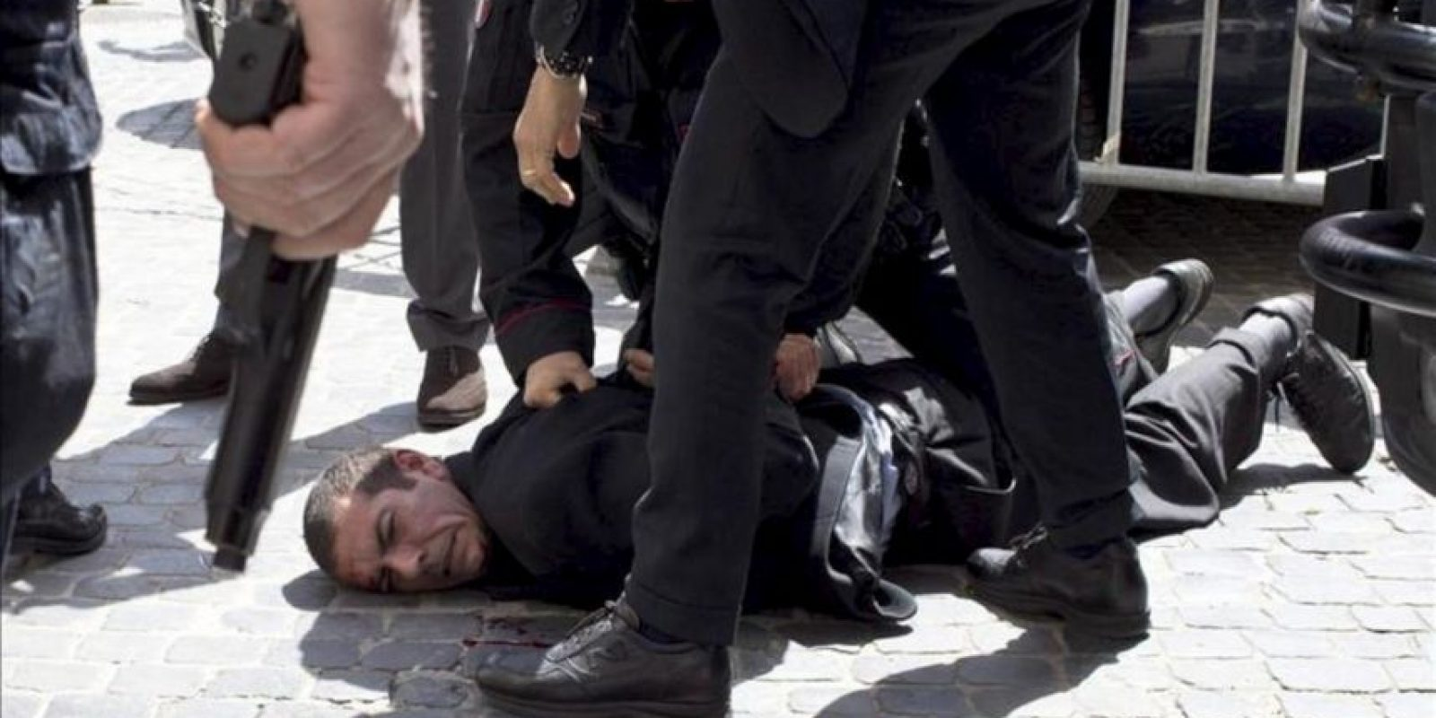 Dos carabineros (policía militarizada) y una mujer resultaron heridos en un tiroteo registrado hoy ante la sede del Gobierno italiano, mientras Enrico Letta juraba su cargo como nuevo primer ministro en otro edificio, informaron medios de comunicación locales.EFE