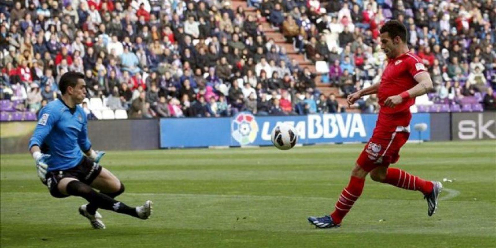 El delantero del Sevilla Alvaro Negredo (d) intenta superar al portero del Valladolid Jaime Jiménez, durante el partido de la trigésima tercera jornada de liga en Primera División que se disputó en el estadio José Zorrilla. EFE