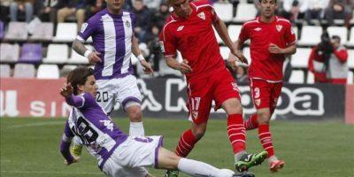El centrocampista del Sevilla Javi Hervás (d) pelea un balón con el centrocampista del Valladolid Alvaro Rubio, durante el partido de la trigésima tercera jornada de liga en Primera División. EFE