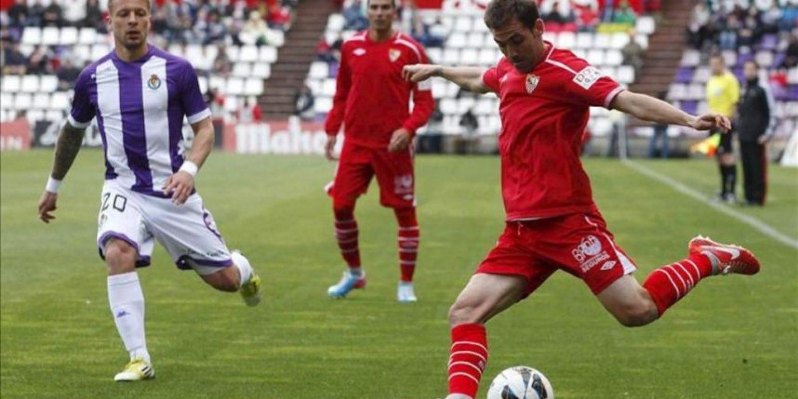 El defensa del Sevilla Juan Cala (d) intenta un pase ante el delantero alemán del Valladolid Patrick Ebert, durante el partido de la trigésima tercera jornada de liga en Primera División que se disputó en el estadio José Zorrilla. EFE