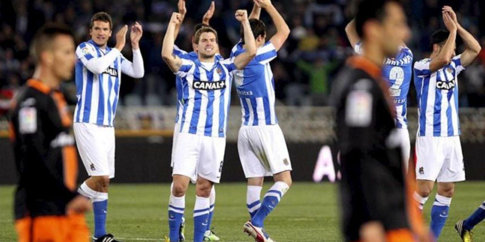 Los jugadores de la Real Sociedad, Asier Illarramendi (2i) y Ion Ansotegi (i), celebran junto a sus compañeros la victoria ante el Valencia C.F por 4-2, tras el partido de la trigésima tercera jornada de Liga en Primera División que se disputó en el estadio de Anoeta de San Sebastián. EFE