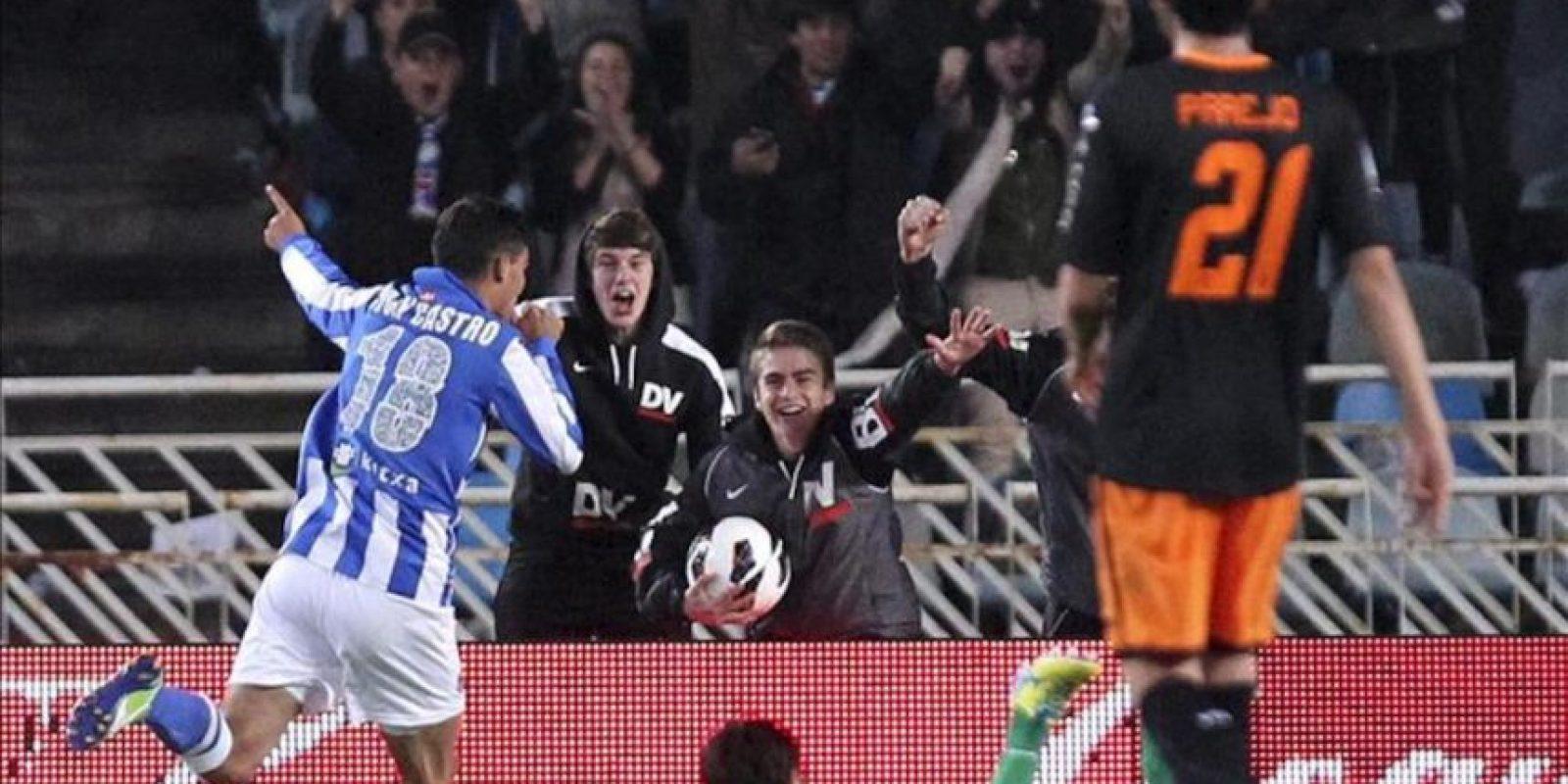 El uruguayo Chori Castro (i), centrocampista de la Real Sociedad, celebra su gol, segundo de su equipo, durante el partido de la trigésima tercera jornada de Liga en Primera División que Real Sociedad y Valencia CF disputaron en el estadio de Anoeta de San Sebastián. EFE