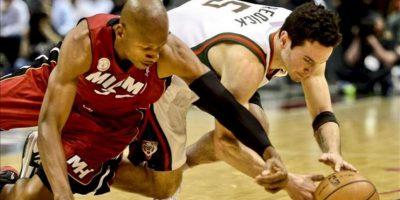 J.J. Redick (d), de los Bucks de Milwaukee, lucha por el balón con Ray Allen (i), de los Heat de Miami, durante el cuarto partido de esta llave de los playoff de la Conferencia Este de la NBA, en el BMO Harris Bradley Center de Milwaukee (Wisconsin, EE.UU.). EFE