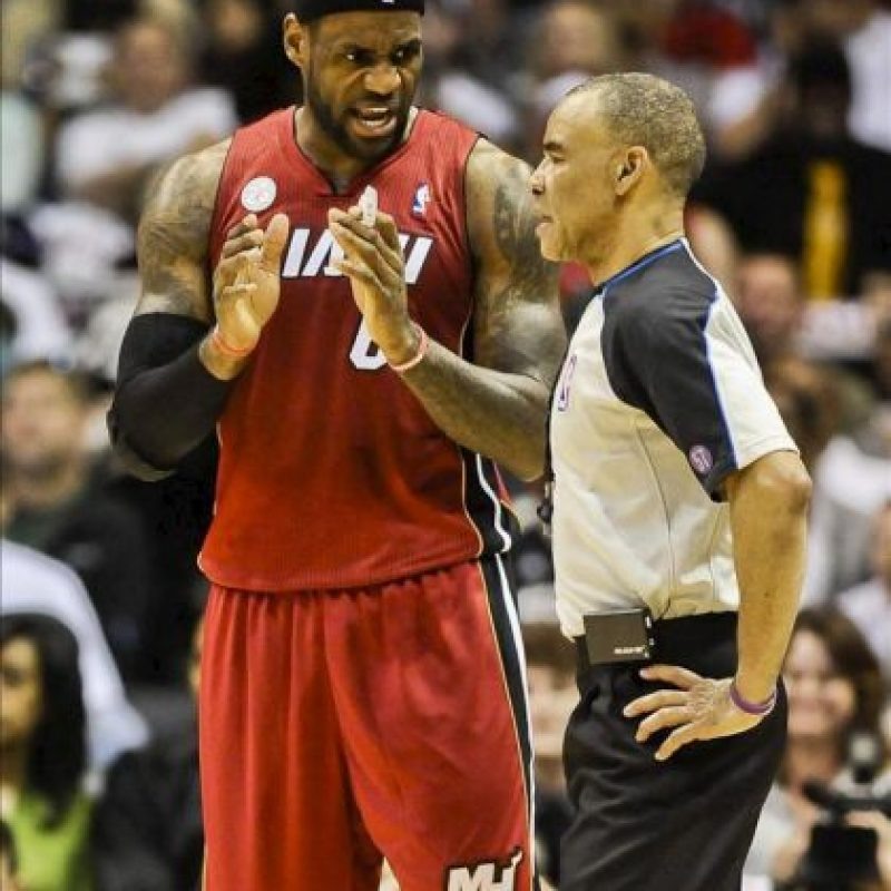 LeBron James (i), alero estrella de los Heat de Miami, dialoga con el juez Danny Crawford (d), durante el cuarto partido de la llave con los Bucks de Milwaukee, en desarrollo de los playoff de la Conferencia Este de la NBA, en el BMO Harris Bradley Center de Milwaukee (Wisconsin, EE.UU.). EFE