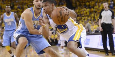 El jugador de los Golden State Warriors, Scott Machado frente al defensor de los Denver Nuggets, Evan Fournier. EFE