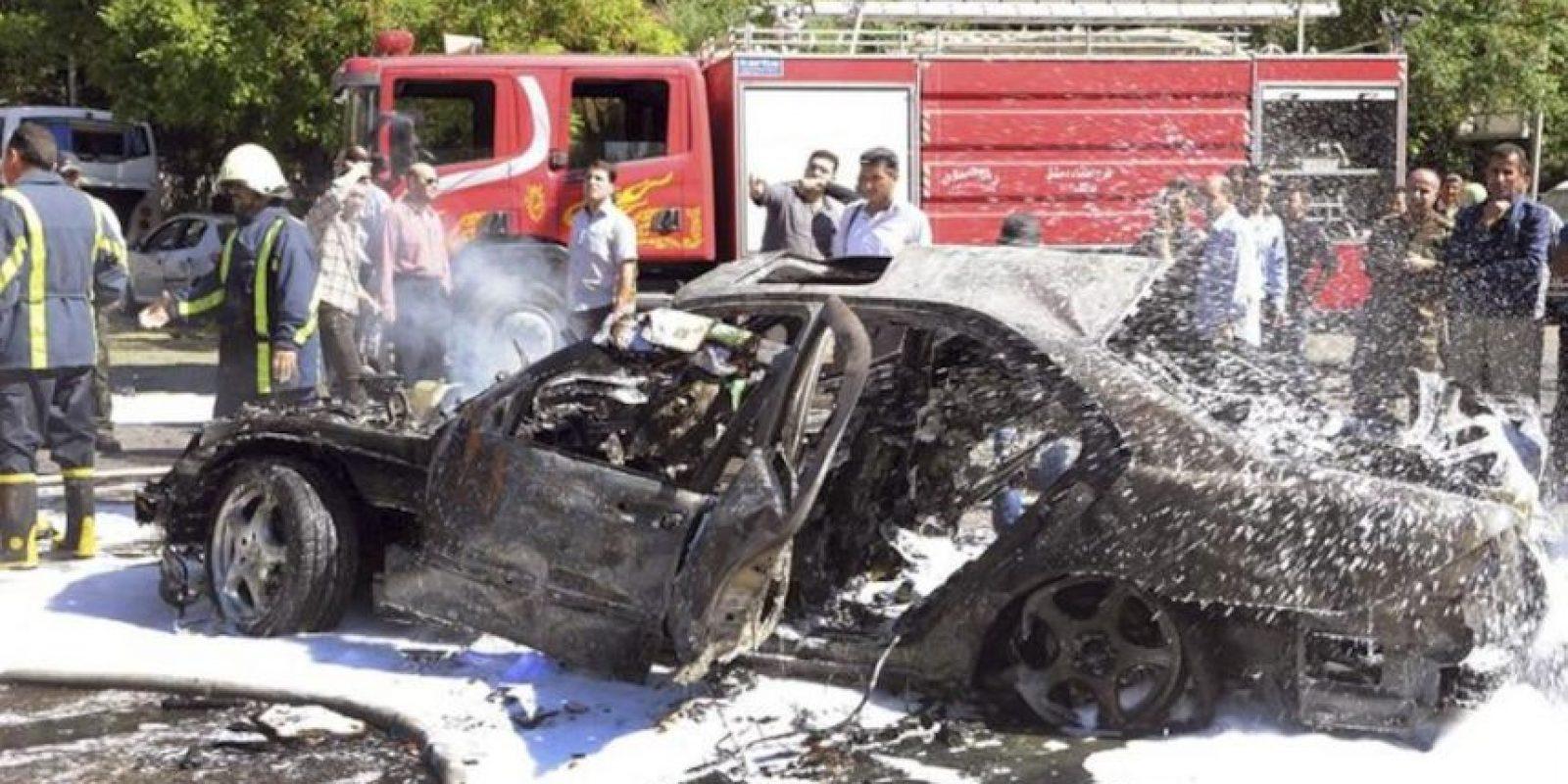 Fotografía facilitada por la agencia oficial de noticias siria SANA que muestra a varios bomberos y policías desplegados por la zona tras el atentado contra el convoy en el que viajaba el primer ministro sirio, Wael al Halqi, en Damasco (Siria) hoy, lunes 29 de abril de 2013. EFE