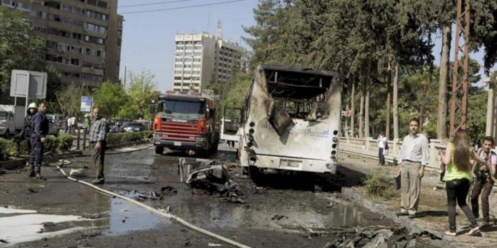 Fotografía facilitada por la agencia oficial de noticias siria SANA que muestra el lugar tras el atentado contra el convoy en el que viajaba el primer ministro sirio, Wael al Halqi, en Damasco (Siria) hoy, lunes 29 de abril de 2013. EFE