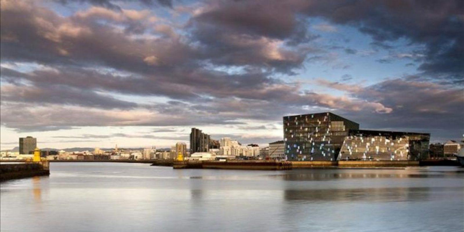 Fotografía facilitada por la Fundación Mies van der Rohe que muestra el nuevo Auditorio y Centro de Conferencias de Reikiavik, Harpa, diseñado por los estudios Henning Larsen, Batteríið Architects y Olafur Eliasson. EFE