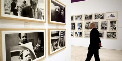 """Un visitante camina por la exposición """"Dennis Hopper. En el camino"""", que muestra una selección del legado fotográfico del actor y director estadounidense compuesta por 141 fotografías. EFE"""