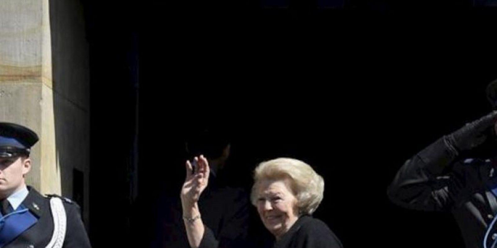 La reina Beatriz de Holanda (c) saluda a su llegada al Palacio Real, en Ámsterdam (Holanda) hoy, lunes 29 de abril de 2013. EFE