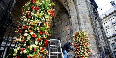 Trabajadores colocan flores en Nieuwe Ketk en Ámsterdam (Holanda) hoy, lunes 29 de abril de 2013. EFE