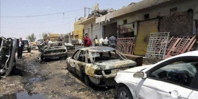 Varios vehículos han resultado dañados en la explosión de un artefacto en Karbala al sur de Irak hoy, lunes 29 de abril de 2013. EFE