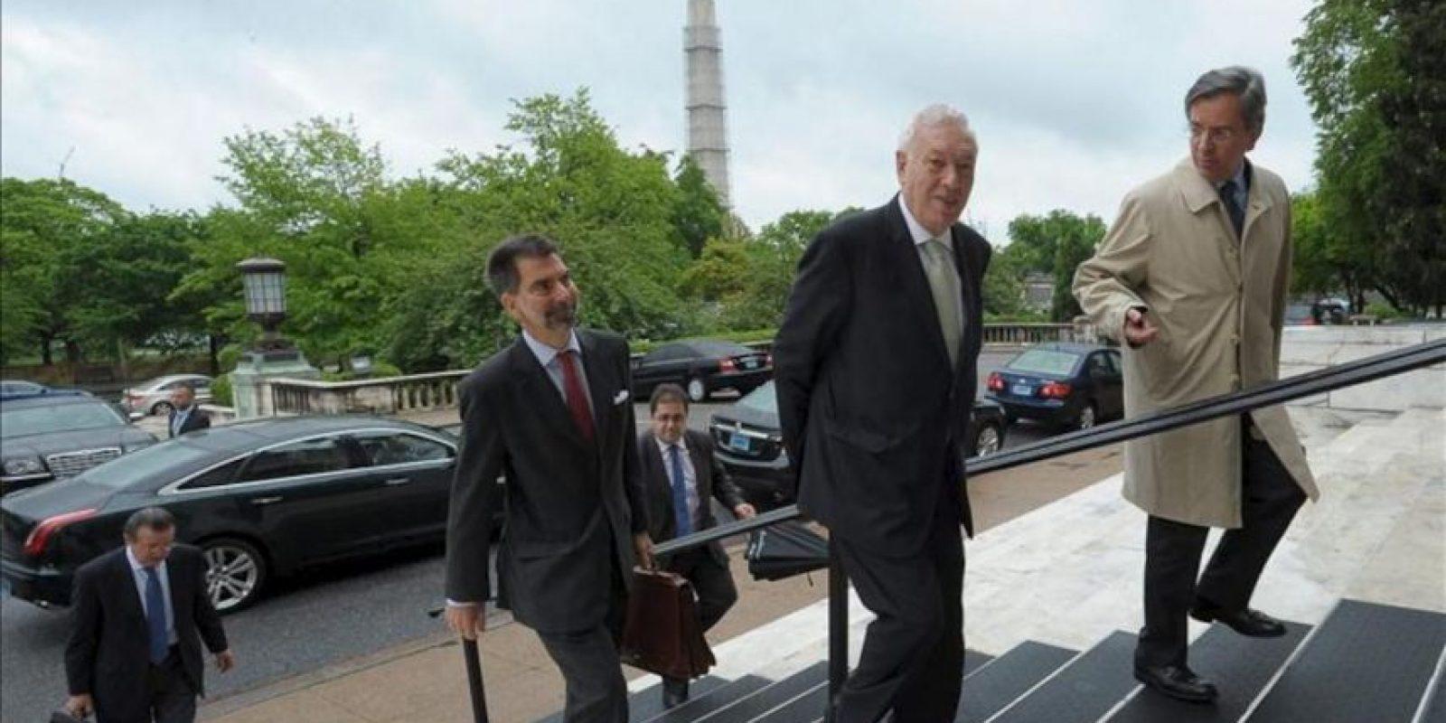 El ministro español de Exteriores, José Manuel García-Margallo (2d), a su llegada esta tarde a la sede de la Organización de Estados Americanos, en Washington, donde ha mantenido una reunión con el titular de la OEA, José Miguel Insulza. EFE