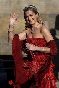 La princesa Máxima de Zorreguieta saluda a sus seguidores al abandonar el Palacio Real de Ámsterdam, Holanda hoy, lunes 29 de abril de 2013. EFE