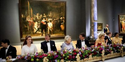 La reina Beatriz de Holanda (c-i) habla con el primer ministro de Holanda, Mark Rutte (c-d), junto a (i-d) el príncipe Naruhito de Japón, la princesa Lalla Salma de Marruecos, el príncipe Guillermo-Alejandro, la princesa Máxima, el príncipe Alberto II de Mónaco, la princesa Maha Chakri Sirindhorn de Tailandia hoy, lunes 29 de abril de 2013, durante la cena de gala que la reina ofrece a 18 casas reales de todo el mundo, así como a personalidades del Estado neerlandés e internacionales en el Rijksmuseum de Amsterdam (Holanda). Treinta príncipes y princesas de las casas reinantes del mundo asisten hoy y mañana a las ceremonias de abdicación de la reina Beatriz y de investidura de su hijo primogénito, Guillermo-Alejandro, y su esposa, Máxima Zorreguieta. EFE