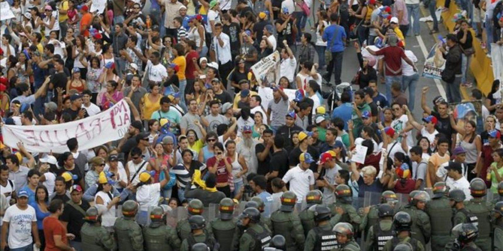 En la imagen, miembros de la Guardia Nacional detienen a los manifestantes inconformes con el resultado de las elecciones en Venezuela. EFE/Archivo