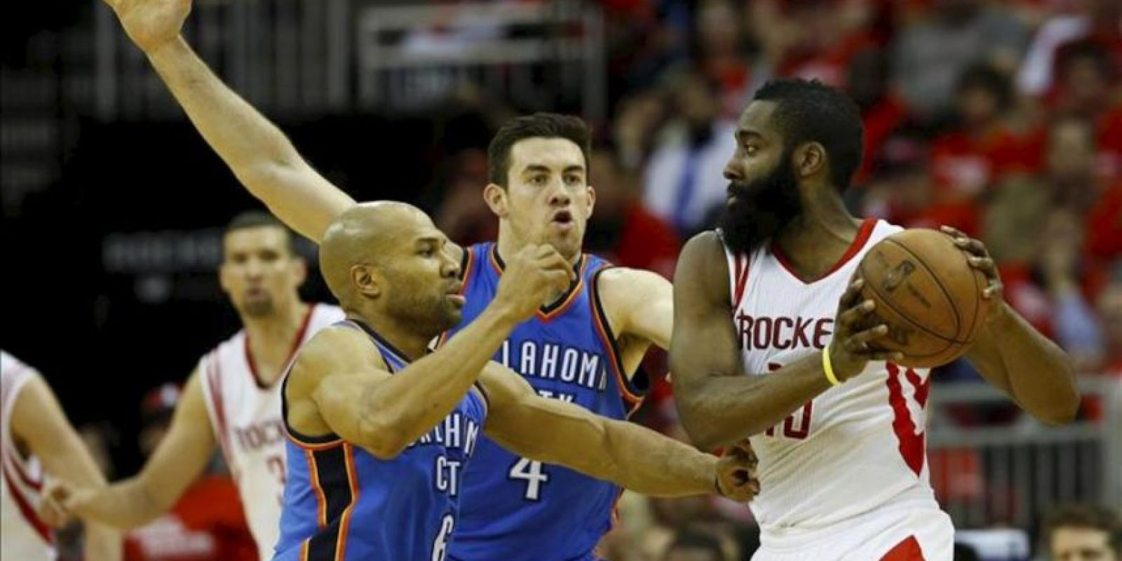 Derek Fisher (i) y Nick Collison (c) de los Thunder de Oklahoma City en acción ante James Harden (d) de los Rockets de Houston, en su juego clasificatorio de la NBA en el Toyota Center en Houston, Texas (EEUU). EFE