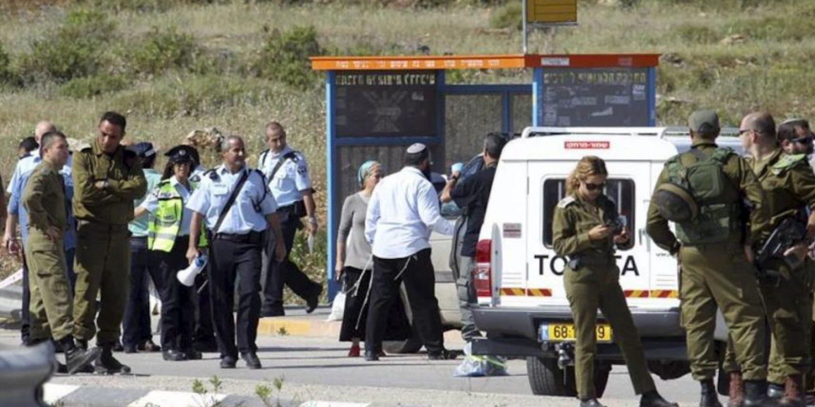 Soldados y colonos israelíes inspeccionan el cruce Tapuah, junto a la ciudad cisjordana de Nablus, donde un palestino ha matado a un colono israelí, en circunstancias aún confusas. EFE