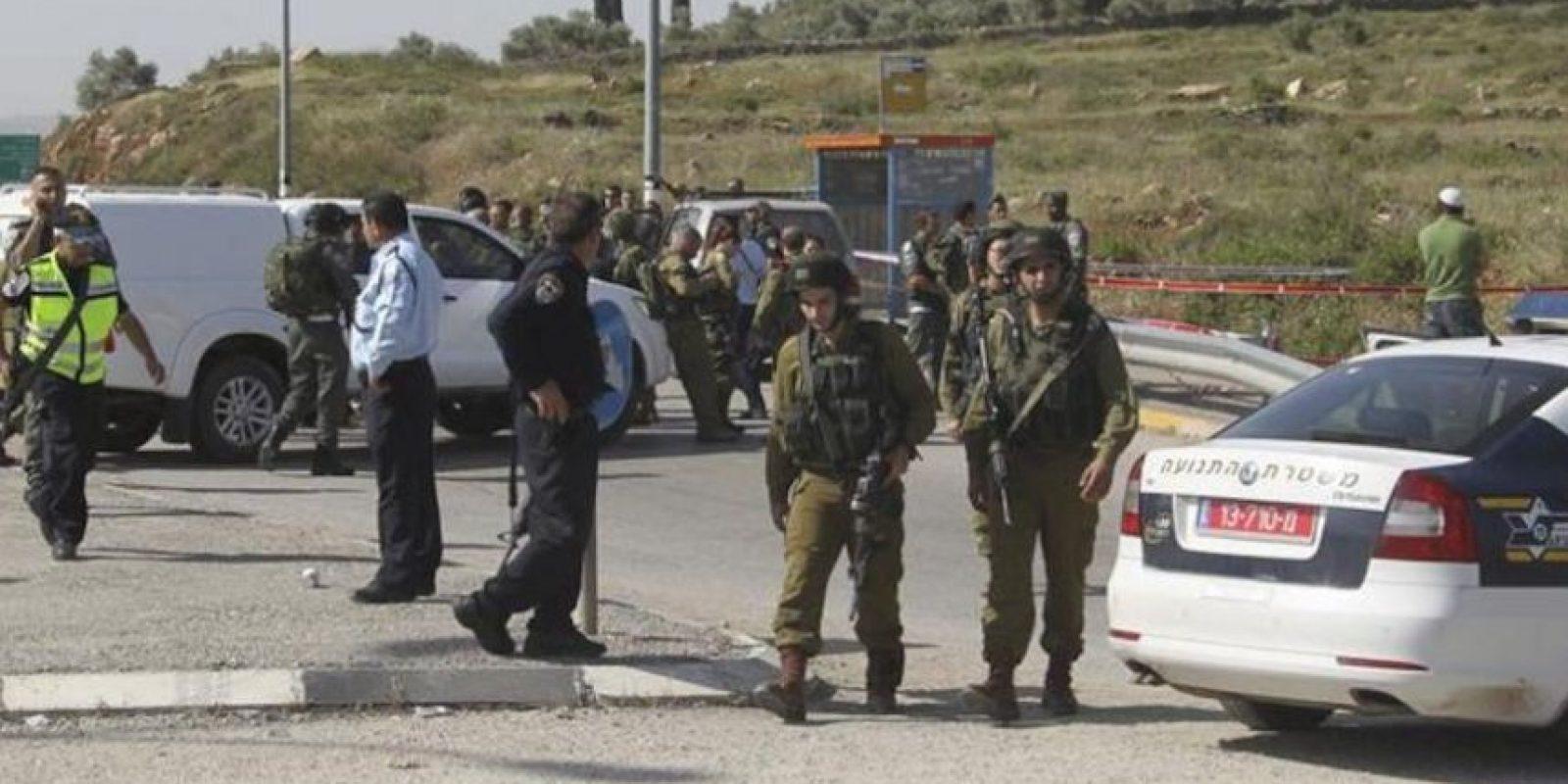 Soldados israelíes cortan las carreteras del cruce Tapuah, junto a la ciudad cisjordana de Nablus, donde un palestino ha matado a un colono israelí, en circunstancias aún confusas. EFE