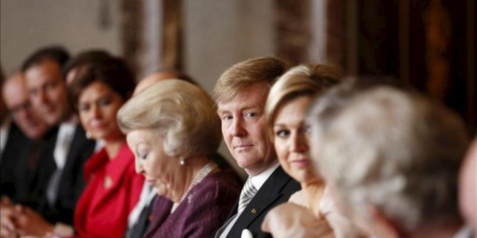 (i-d) La reina Beatriz de Holanda, el príncipe heredero Guillermo-Alejandro, y su esposa Máxima, durante la ceremonia de abdicación celebrada en el Moseszaal del Palacio Real de Ámsterdam, Holanda. EFE