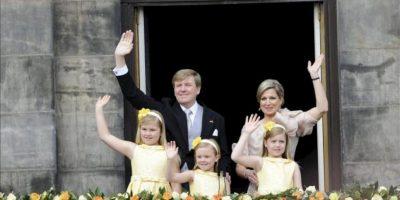 El nuevo rey, Guillermo-Alejandro (c-izq), y la reina consorte Máxima (c-dcha), acompañados por sus hijas las princesas (de izq a der) Amalia, Ariane y Alexia, saludan a los ciudadanos desde el balcón del Palacio Real en la Plaza Dam de Ámsterdam (Holanda). EFE