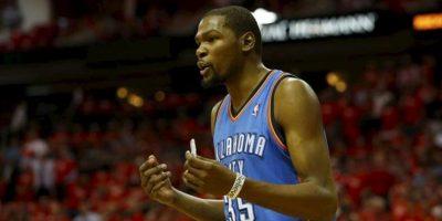 El jugador Kevin Durant de los Thunder de Oklahoma City discute un decisión del juez en el juego ante los Rockets de Houston, en su juego clasificatorio de la NBA en el toyota center en houston (EE.UU.). EFE