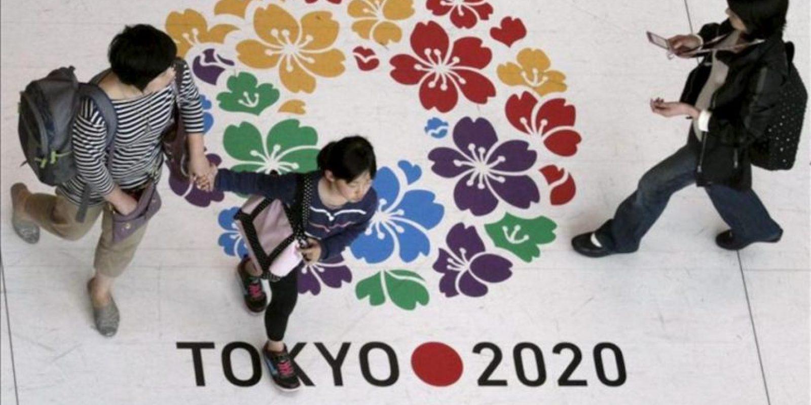 Varias personas caminan sobre el logotipo de la candidatura de Tokio para los Juegos Olímpicos de 2020, en Tokio, Japón, hoy. EFE