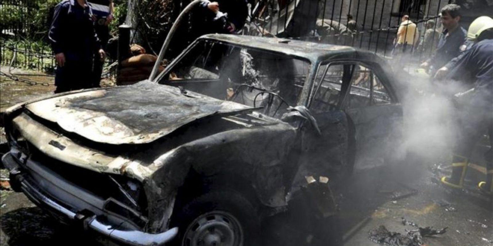 Imagen distribuida por la agencia de noticias siria SANA que muestra un grupo de bomberos tratando de apagar el incendio de un vehículo tras la explosión de un coche bomba en el centro de Damasco, Siria. EFE/Sana