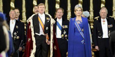 El rey Guillermo-Alejandro de Holanda (2º izq), y su esposa, la reina consorte Máxima (2ª dcha), durante la ceremonia de investidura en la Nieuwe Kerk o Iglesia en Ámsterdam (Holanda). EFE