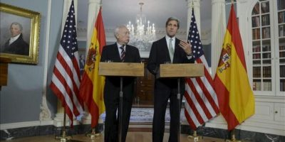 El ministro español de Asuntos Exteriores, José Manuel García-Margallo (i), y el secretario de Estado estadounidense, John Kerry, comparecen en una rueda de prensa en el Departamento de Estado en Washington DC, Estados Unidos, hoy, martes 30 de abril de 2013. EFE