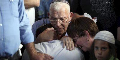 Los padres de Eviatar Borovsky, el colono judío apuñalado hasta la muerte por un palestino, asisten a su funeral en Kfar Hasidim, Israel hoy, martes 30 de abril de 2013. EFE