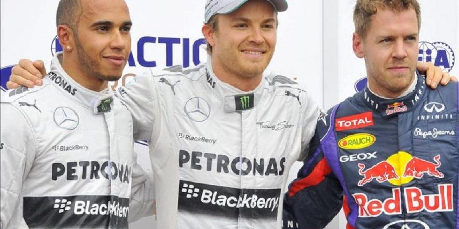 El piloto alemán de Fórmula Uno Nico Rosberg (c), de Mercedes AMG, su compañero de equipo, el británico Lewis Hamilton (iz) y el alemán Sebastian Vettel (dcha), de Red Bull Racing. EFE