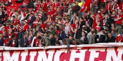 Los hinchas del Bayern Múnich se preparan para ver la gran final de la Liga de Campeones en Wembley en Londres, Reino Unido. EFE