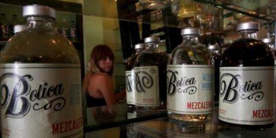 """Fotografía de este viernes 24 de mayo de 2013, de una variedad de mezcales exhibidos en el establecimiento """"La Botica"""" en Ciudad de México. EFE"""