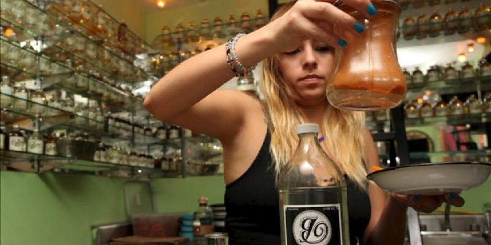 """Fotografía de este viernes 24 de mayo de 2013, de una mesera que prepara un trago de mezcal servido en el establecimiento """"La Botica"""" en Ciudad de México. EFE/Archivo"""